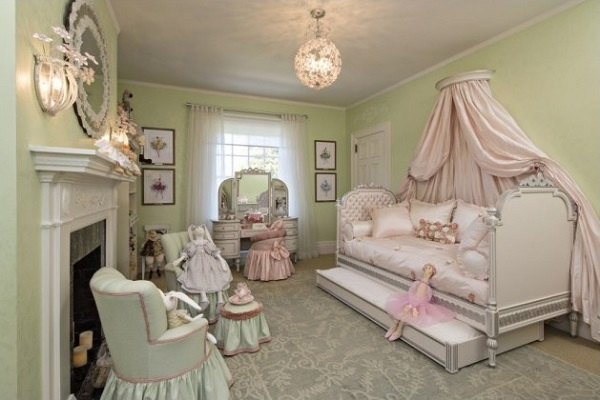Small canopy pink bedroom design for princess