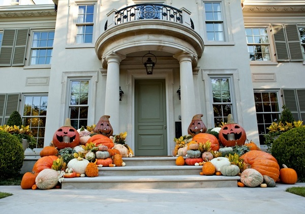 The porch decor for home on Halloween.