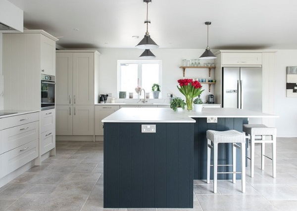 Classic white and black kitchen design idea