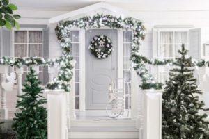 White Christmas door decoration ideas by homedecorbuzz