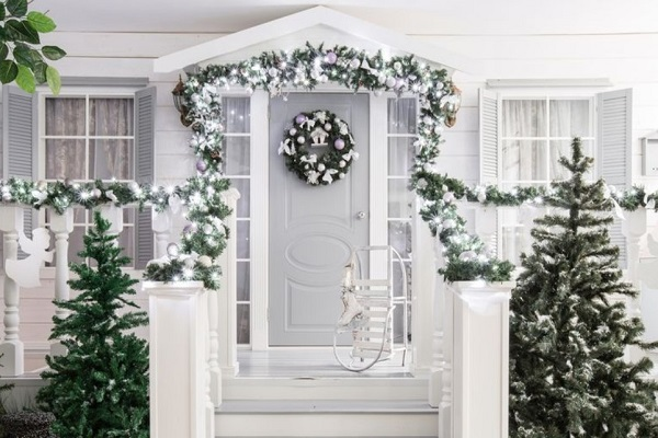 White Christmas door decoration ideas by homedecorbuzz